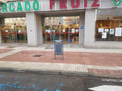 papeleras en las puertas de los supermercados de Benavente