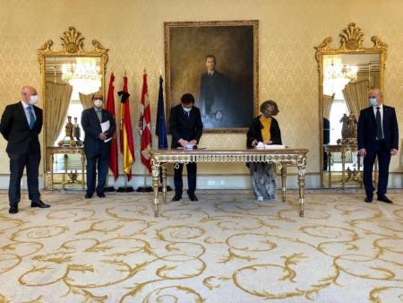 El alcalde y la directora general de Caja Rural de Salamanca firman un convenio