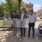 entrega de mamparas protectoras anti contagio a los taxistas de Salamanca