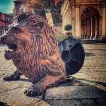 escultura león saliendo del sumidero