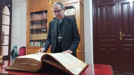 El obispo emérito de León dona a la diócesis un facsímil de la Biblia visigótica mozárabe