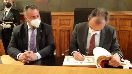 ministro Pedro Duque firma en el Libro de Honor de la Diputación de León