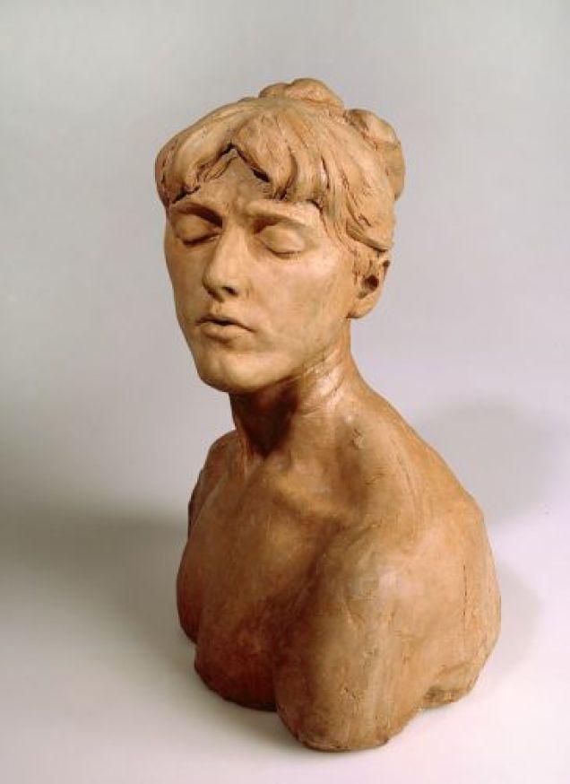 Camille Claudel, Jeune femme aux yeux clos, vers 1885. Sculpture en terre-cuite, Musée Sainte Croix, Poitiers © Musées de Poitiers / Christian Vignaud