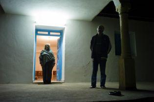 Expositon Mare Mater, Des parents dont le fils a disparu en mer en février 2011, posent devant leur maison