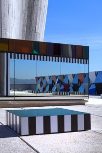 Photo-souvenir : Daniel Buren Hommage à Le Corbusier, travail in situ (au premier plan), in « Défini, Fini, Infini, travaux in situ », Unité d'habitation, Cité Radieuse, MAMO Audi talents awards, Marseille, 30/06-30/09/14. Photo © Sébastien Véronèse ; © Buren / ADAGP, Paris, 2014 / © Fondation Le Corbusier / ADAGP, Paris, 2014