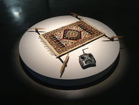 Moussa Sarr, Rising Carpet, 2014. Tapis de prière, multi rotors, bois. Production région PACA