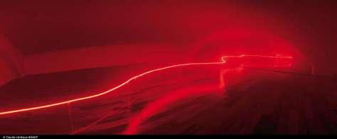 Claude Lévêque, J'ai rêvé d'un autre monde, 2001 Dispositif in situ, Hôtel de Caumont, Collection Lambert, Avignon. Néon rouge surélevé, machine à brouillard. Diffusion sonore, grondement infra basse. Conception sonore en collaboration avec Gerome Nox. Photo Frank Couvreur