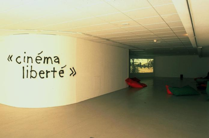 Douglas Gordon, Rirkrit Tiravanija, Cinéma Liberté & Bar Lounge, 1996, tissu, polystyrène, bois. Vidéos de films ayant été censurés et peinture en bombe, bar : 138 x 457 x 74 cm. © Rirkrit Tiravanija, courtesy Gavin Brown's Enterprise, New York © Adagp, Paris 2016 ; Photo © Jean-Luc Fournier