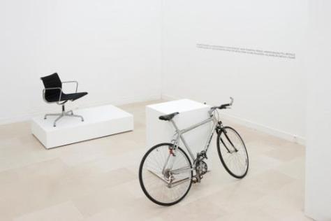 Simon Starling, Work, Made-Ready, Kunsthalle Bern, 1996, bicyclette, chaise en aluminium, bois et vinyle. Photo © Villa Arson Nice - Centre national d'art contemporain / droits réservés. Collection Frac Languedoc-Roussillon
