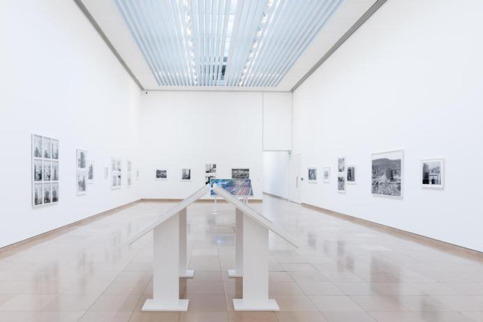 LaToya Ruby Frazier, Performing Social Landscapes à Carré d'Art vue de la salle 2 - Photo ® d.huguenin Serie The Notion of Family, Tirages gélatino-argentique, monté sur carton. Courtesy Galerie Michel Rein, Paris