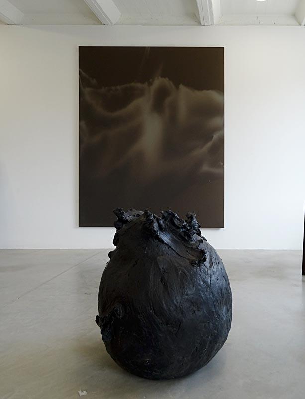 Les Possédés - Chapitre 2 - Gérard Traquandi, H57, blanc/marron, 230 x 150 cm. Collection Féraud - Fonds M-ARCO - Sans titre, 2008, céramique, 80 x 60 cm. Collection Monique et Claude Chaix