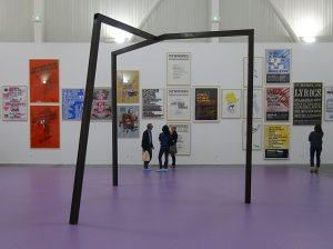 Les Possédés - Chapitre 2 - Oscar Tuazon : Orphan, 2008, métal. Collection Féraud - Fonds M-ARCO et Saâdane Afif : Affiches, 2000-2016, 52 posters. Collection Josée et Marc Gensollen.