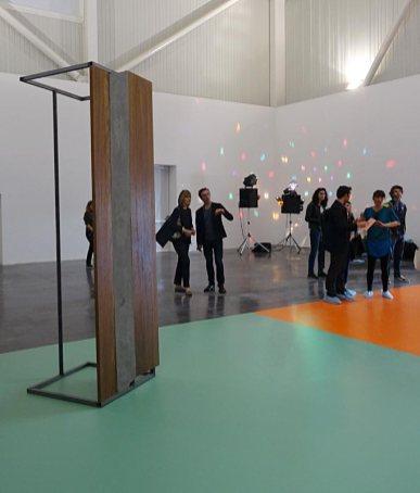 Les Possédés - Chapitre 2 - Oscar Tuazon, Family dining table, 2011, bois et métal, 220 x 75 x 75 cm. Collection GR.