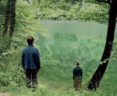Elina Brotherus, Green Lake, 2007. 105 x 128 cm. De la série Artist and her model (2005-2011)