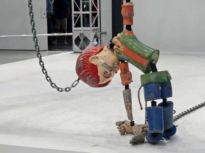 Jordan Wolfson - Colored Sculpture à la fondation LUMA Arles