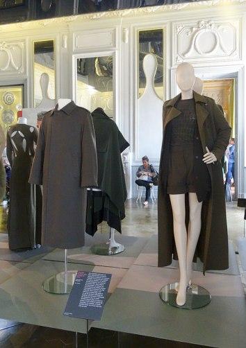 style-militaire-et-couleur-kaki-dans-le-grand-salon-mission-mode-styles-croises-au-cha%cc%82teau-borely-08
