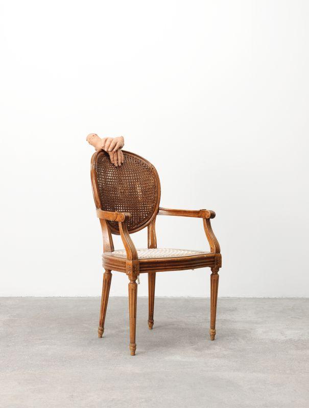 Urs Fischer, Untitled 2015 Chaise trouvée en bois, corde, vis, silicone, pigments, colle silicone 104,8 × 56,5 × 71,1 cm Collection privée Avec l'aimable autorisation de l'artiste Crédit photo : Mats Nordman