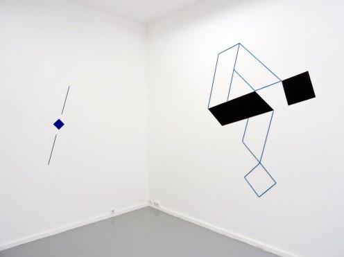 Mehdi Moutashar, Point à ligne, bois peint et fil élastique, 113 x 30 cm et Deux plis à 60° & deux carrés, 2012, métal peint et fil élastique, 176 x 148 cm