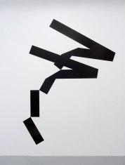 Mehdi Moutashar, Quatre plis de 20° et 120° et deux angles à 60°(Ḥā΄), 2014, métal peint, 251 x 185 cm