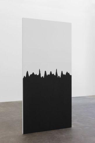 Lawrence Abu Hamdan, Beneath the Surface, 2015, panneaux en bois avec point sonore « a coat of silence », 210 x 105 cm. © Lawrence Abu Hamdan