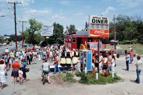 Chester H. Liebs, Déménagement du restaurant « the Apple Tree Diner », Dedham, Massachusetts, 1981 © Chester H. Liebs