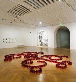 James Lee Byars, Le Petit Ange rouge de Marseille, 1991-1993 et Hans Hartung, T 1986- R45, 1986