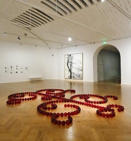 James Lee Byars, Le Petit Ange rouge de Marseille, 1991-1993 et Hans Hartung, T 1986- R45, 1986