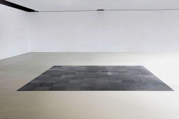 Carl Andre, 10 x 10 Altsadt Square, 1967, 100 plaques d'acier, ca. 500 x 500 x 0,5 cm. Kunstmuseum, Basel. Photo © Martin P. Bühler. © ADAGP, Paris, 2017