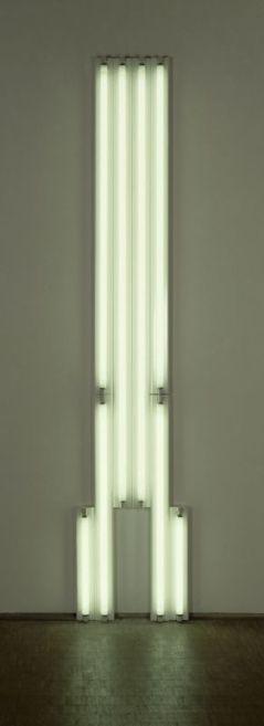 Dan Flavin, Monument for V. Tatlin, 1974-75, tubes fluorescents, métal, 304,5 x 62,5 x 12,5 cm. Don de la Leo Castelli et la Georges Pompidou Art and Culture Foundation en 1992. Centre Pompidou, Paris. Musée national d'art moderne/Centre de création industrielle. Photo © Centre Pompidou, MNAM-CCI/Christian Bahier & Philippe Migeat/Dist. RMN-GP. © ADAGP, Paris, 2017