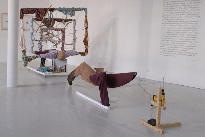 John Bock, Three Diagram Ma Meets Loveelasticity, 2001 - Exposition «Morts de rire», à La Panacée lors de «La dégelée Rabelais» en 2008. Photo FRAC LR