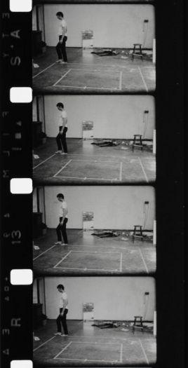 Bruce Nauman, Walking in an Exaggerated Manner around the Perimeter of a Square, 1967-1968, film 16 mm noir et blanc, silencieux, durée : 10'40''. Achat en 1996. Centre Pompidou, Paris. Musée national d'art moderne/Centre de création industrielle. Photo © Centre Pompidou, MNAM-CCI/ image Centre Pompidou, MNAM-CCI/Dist. RMN-GP.