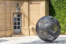 Vladimir Skoda, Sphère de ciel – ciel de sphères 2005-2017 Tôles perforées en acier au carbon, éclairage intérieur. Ø 180 cm - © Courtesy Galerie Catherine Issert - Caumont Centre d'Art