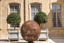 Vladimir Skoda, Sphère de ciel – ciel de sphères 2005 Tôles perforées en acier au carbon, éclairage intérieur. Ø 180 cm - © Courtesy Galerie Catherine Issert - Caumont Centre d'Art