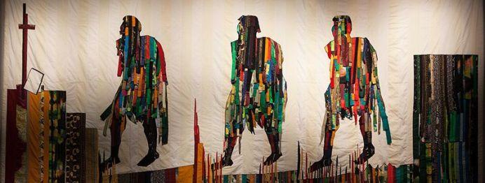 Abdoulaye Konate, Les marcheurs, 2006, tapisserie en tissu, 286 x 610 cm. Crédit photo Fondation Blachère - Frank Rozet