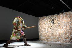 Yinka Shonibare MBE, Egg Fight, 2009, fibre de verre, tissus, silicone, corde, 300 x 800 x 400 cm. Crédit photo Fondation Blachère - Odile Pascal