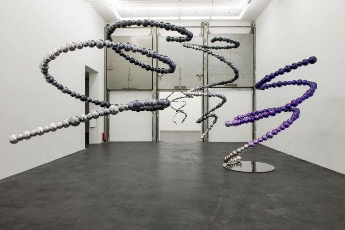 Exposition Géométries amoureuses au CRAC Occitanie à Sète - Jean-Michel Othoniel, Black & Purple tornado, 2016 - sculptures - Photographie Jacques Fournel