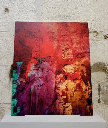 Dune Varela, Toujours le soleil – Rencontres Arles 2017 - La grotte rouge, 2016. Impression sur plâtre