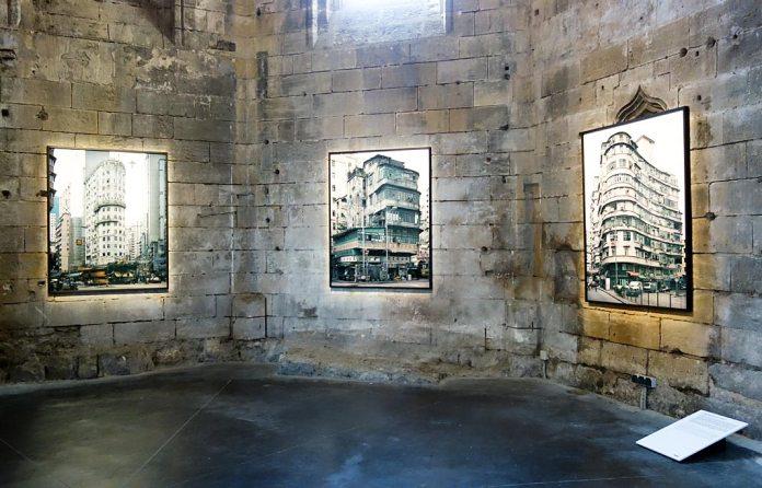 Michael Wolf, La vie dans les villes - Rencontres Arles 2017 - Hong Kong Corner Houses (2005-2011)