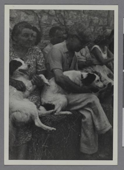 Anonyme, Albert Gleizes et une femme (L.D.) assis portant chacun un chien, Saint-Rémy-de-Provence, photographie, années 1940 - Fonds Albert Gleizes
