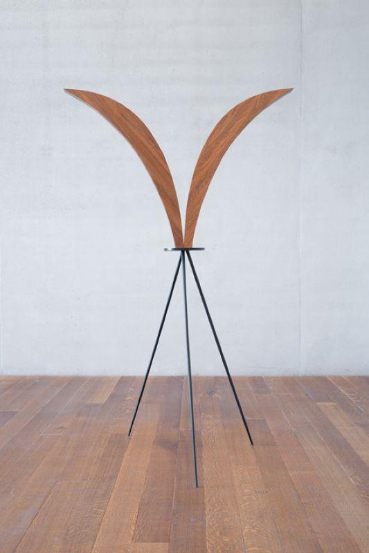 Iman Issa, Heritage Studies #7, 2015 wood, painted wood, 198x60x48cm, texte vinyle Courtesy Carlier / Gebauer, Berlin