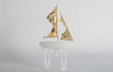Di Meglio Come, Collé au vent, impression 3D, feuille d'or, fil blanc 28 cm x 17 cm x 6 cm