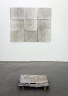 Nina Roussière, photogrammes (série), 50 x 60 cm et terpolymère amorphe plié, 2017 plomb gravé et bois, 60 x 150 cm