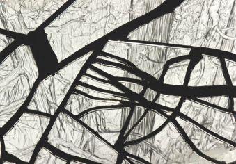 Stépjanie Nava, Rizières ou salins, miroir brisé, bitume, bois 170 x 80 x 6 cm, 2013.