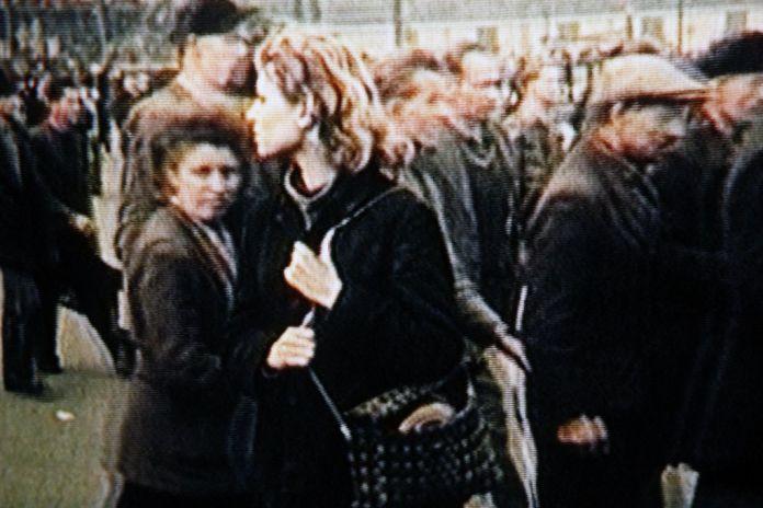 Harun Farocki, Workers Leaving the Factory in Eleven Decades / Travailleurs quittant l'usine en onze décennies. 2005 12 vidéos, chacune sur moniteur Durée : 23 minutes Harun Farocki GbR