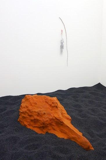Alice Channer, Burial, 2016 et Mechanoreceptor, Tendrils, 2016 - Crash test à La Panacée, Montpellier