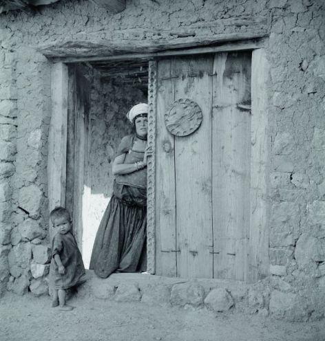 Femme dans l'encadrement d'une porte, Aurès 1935-1936 © Thérèse Rivière