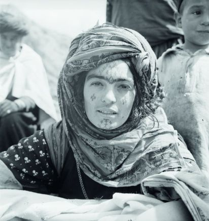 Femme portant un tatouage sur le front, population Ouled Abdi, août 1937 © Thérèse Rivière