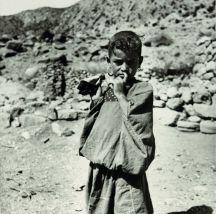 Fillette (Nara) portant une poupée de tissu, Aurès 1935-1936 © Germaine Tillion