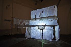 Nicolas Daubanes, Membrane - La Cuisine, 2011, 160 × 170 × 200 cm, silicone, acier, lumière. © Nicolas Daubanes