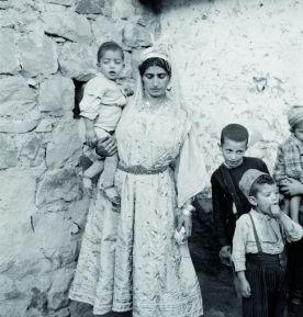 Une femme et ses enfants, Aurès, 1935-1936 © Thérèse Rivière